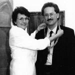 Edith überreicht nach 12 Jahren Stadtratszugehörigkeit ihre Amtskette