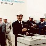 19. Juni 1995 Grundsteinlegung für die neue Messe, mit der Ude als Aufsichtsratsvorsitzender, als Vorsitzender des Planungs- sowie des U-Bahnausschusses und der Stadtgestaltungskommission über ein Jahrzent lang befasst war.