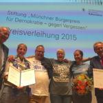 """Ehrenpreis des Münchner Bürgerpreises 2015, links im Bild Kulturreferent Hans Georg Küppers, daneben die """"Löwen gegen rechts"""""""